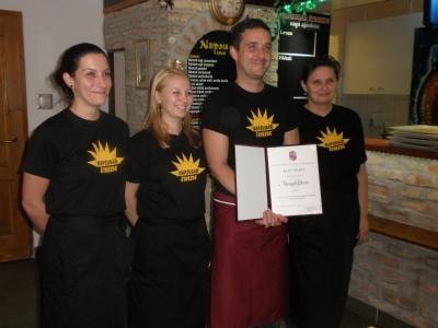 A Napsugár Étterem csapata Az Év Üzlete díjjal