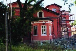 A lóvasút végállomásának felújított épülete