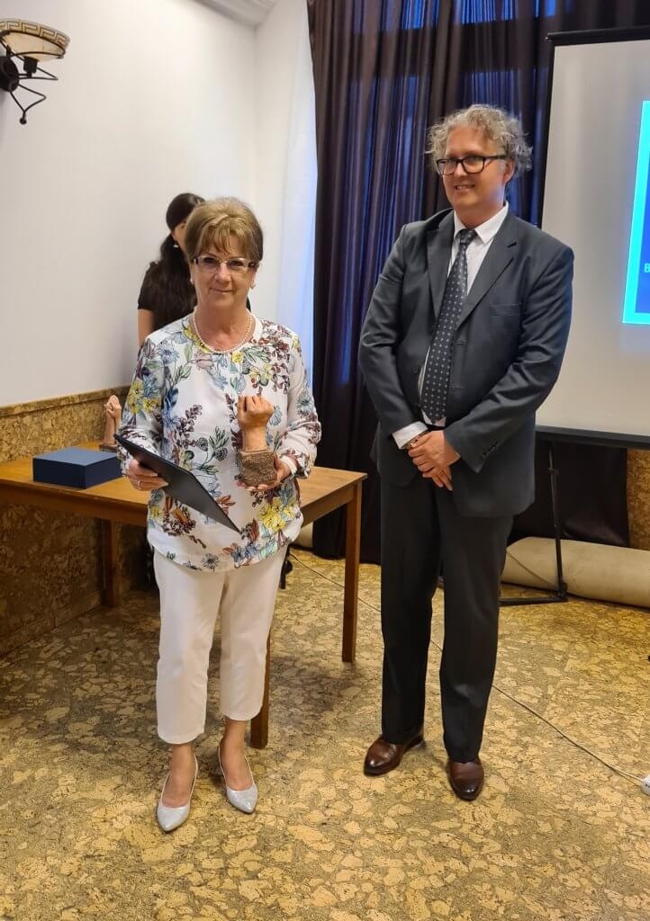 Holopné Schramek Kornéália alpolgármester átveszi a díjat