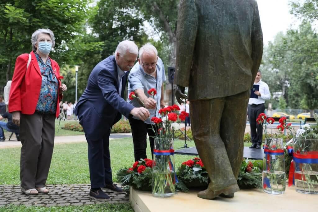 Virágok elhelyezése a szobornál