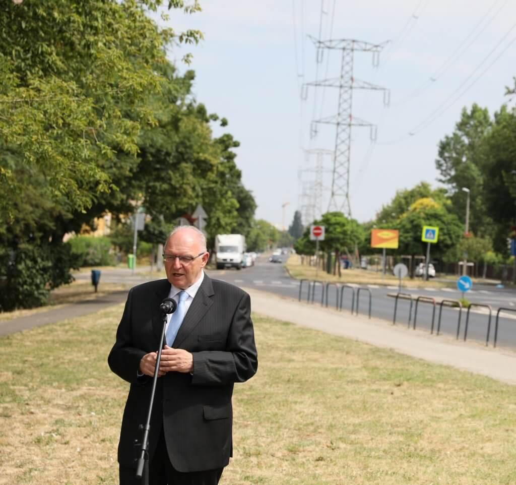 Polgármester beszél a Göncöl utcában